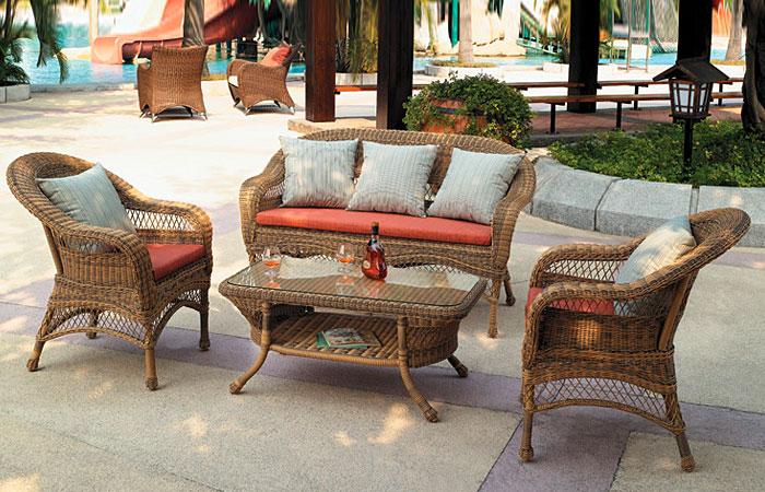 Садовая мебель: диван, два кресла, столик